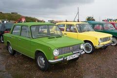 两个在葡萄酒运输的陈列的苏联汽车VAZ-2101 ` Ziguli `在Kronstadt雨天 库存照片