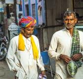两个在街上的男人普斯赫卡尔,拉贾斯坦,印度  免版税库存照片