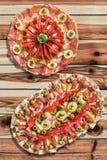 两个在被打结的松木庭院表上的开胃菜美味盘Meze集合 库存图片