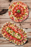 两个在被打结的松木庭院表上的开胃菜美味盘Meze集合 免版税库存图片