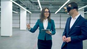 两个地产商在屋子里时使用VR玻璃,当走 股票视频