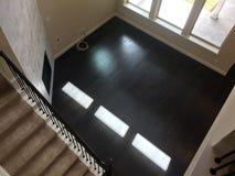 两个地板新房空的家庭娱乐室  库存图片