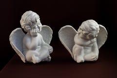 两个坐的白色天使 免版税图库摄影
