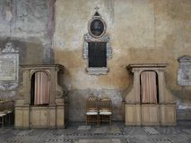 两个坦白箱子在圣沙芬天主教会里在罗马,意大利 内部的葡萄酒和他的淡色墙壁 库存照片