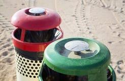 两个垃圾箱在海滩晴天 免版税库存照片