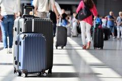 两个塑料旅行手提箱在机场大厅里 库存照片