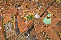 从两个塔的空中都市风景视图,波隆纳,意大利 免版税库存图片