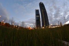 两个塔通过一全天相镜头,在黄昏,马德里,西班牙 免版税库存照片