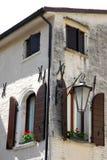 两个壁角窗口和盆的花在特雷维索省的Portobuffolè在威尼托(意大利) 库存图片