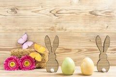 两个复活节彩蛋和两只复活节兔子 免版税库存照片