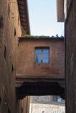 两个大厦之间的建筑连接 意大利siena托斯卡纳 免版税库存照片