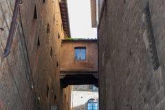 两个大厦之间的建筑连接 意大利siena托斯卡纳 库存照片