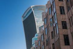 两个大厦屋顶和门面,在背景的蓝天 图库摄影