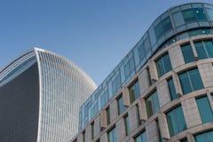 两个大厦屋顶和门面,在背景的蓝天 库存照片