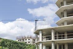 两个大厦建设中在云彩背景  免版税库存图片