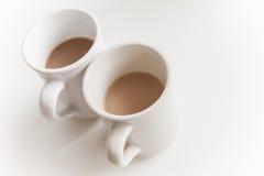 两个大杯子有很多咖啡用牛奶 免版税库存图片