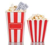 两个大镶边箱子用玉米花,在wh的电影票填装了 免版税库存图片
