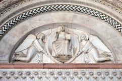 两个天使举行的救世主 库存图片