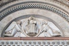 两个天使举行的救世主 图库摄影
