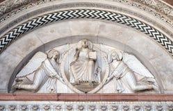 两个天使举行的救世主 免版税图库摄影