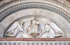 两个天使举行的救世主 库存照片