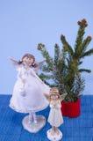 两个天使小雕象和杉树 免版税图库摄影