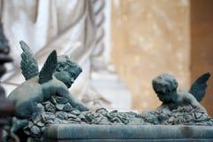 两个天使攀登有很多玫瑰法坛 库存照片