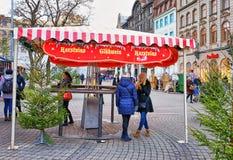两个夫人谈话在圣诞节市场上在Livu摆正 免版税库存照片