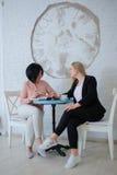 两个女商人开一次会议 图库摄影