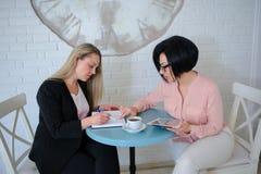 两个女商人开一次会议 免版税图库摄影