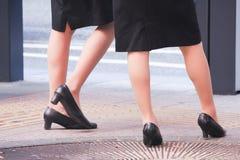 两个女商人的腿 免版税库存照片
