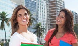 两个女学生在城市 库存照片