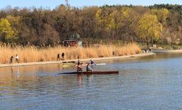 两个女孩乘坐皮船 免版税图库摄影