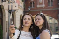 两个女孩做selfie 免版税库存照片