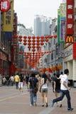 两个女孩和走一个的人购物街道, Shangxia Jiu Lu 库存图片
