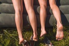 两个女孩在一个可膨胀的床垫说谎 免版税库存图片