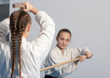两个女孩在合气道训练的实践剑  图库摄影