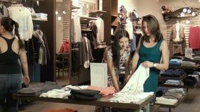两个女孩在商店选择衣裳 影视素材