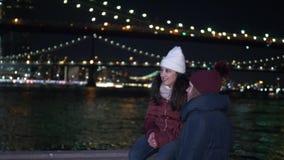 两个女孩在夜之前探索纽约这里在布鲁克林大桥 股票录像