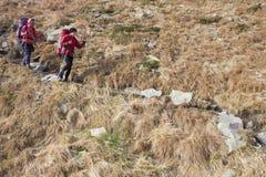 两个女孩在山旅行 图库摄影