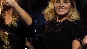 两个女孩在新年` s公司党跳舞 股票视频