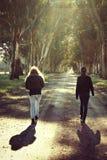 两个女孩在森林里 图库摄影