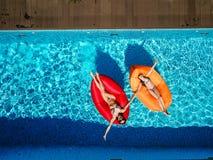 两个女孩在水池游泳 库存图片