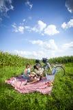 两个女孩在草做一顿野餐 库存图片