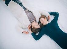两个女孩在雪和微笑在 库存照片