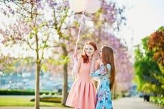 两个女孩在巴黎,法国 免版税库存图片