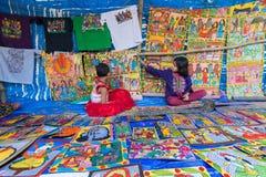 两个女孩在Pingla村庄,西孟加拉邦,印度卖工艺品 免版税库存图片