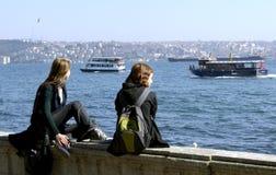 两个女孩坐在伊斯坦布尔 免版税库存图片