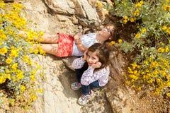 两个女孩太疲倦对远足 免版税图库摄影
