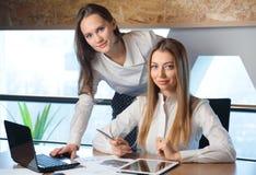 两个女孩女实业家 图库摄影